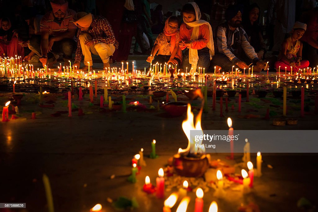 People celebrating Diwali festival night, also Bandi Chhor... : News Photo