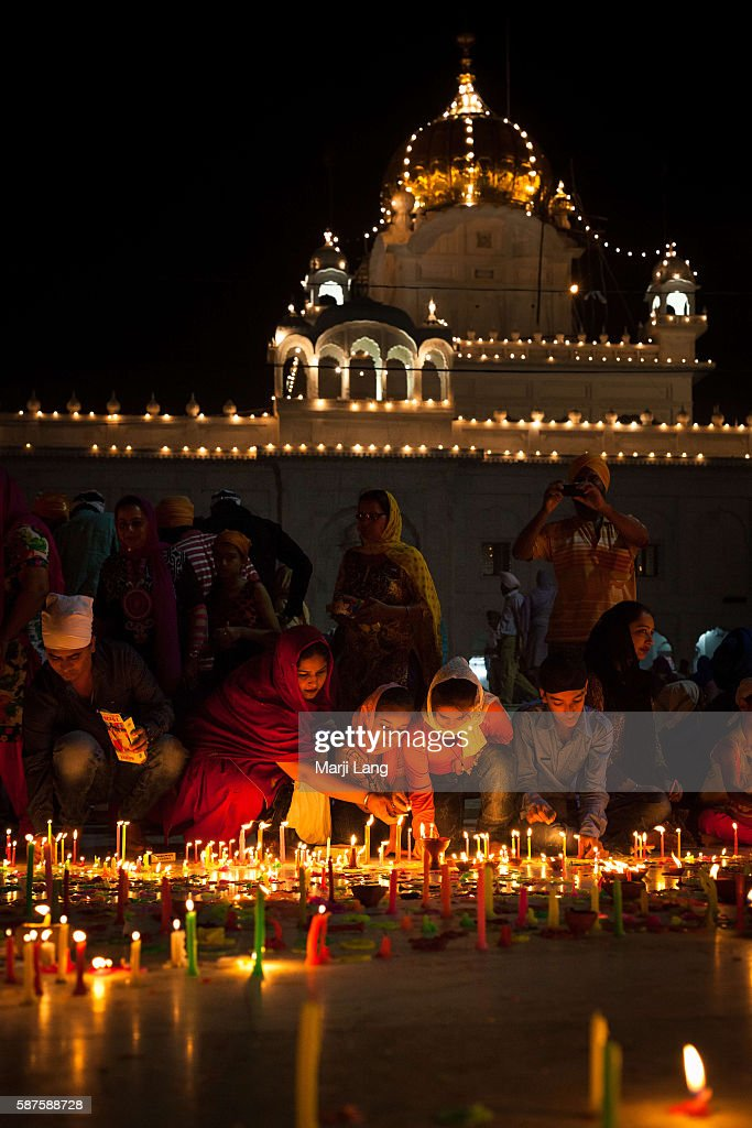 People celebrating Diwali festival night, also Bandi Chhor... : News Photo