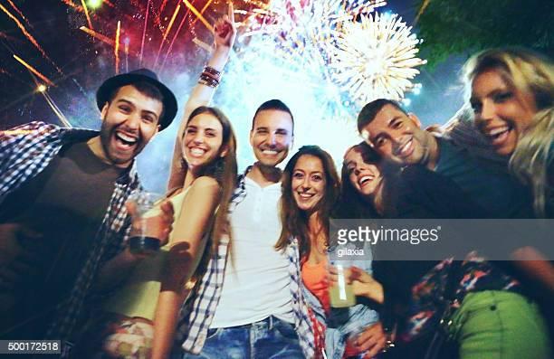 Menschen Feiern mit Feuerwerk.