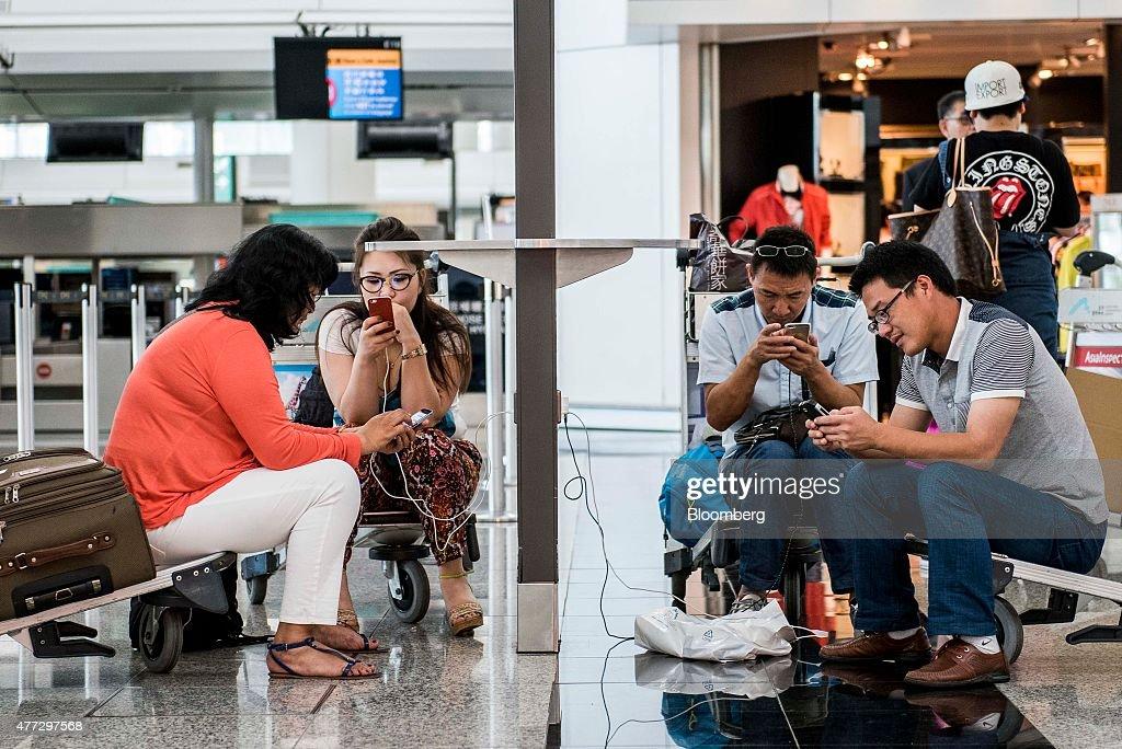 Travelers At Hong Kong International Airport : News Photo