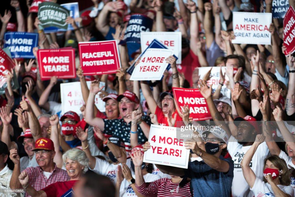 Donald Trump Campaigns In Winston Salem, North Carolina : ニュース写真