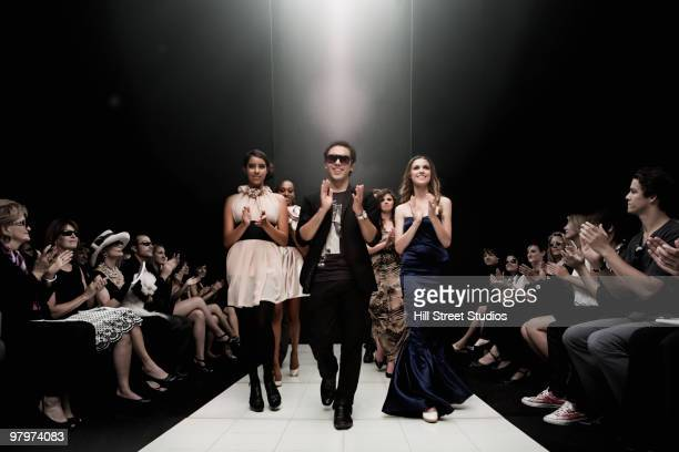 people clapping on runway in fashion show - modeshow stockfoto's en -beelden