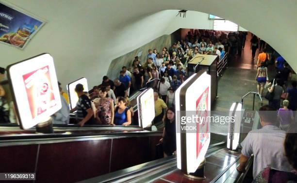 menschen klettern die rolltreppe von der u-bahn in kiew, ukraine. - kiew stock-fotos und bilder