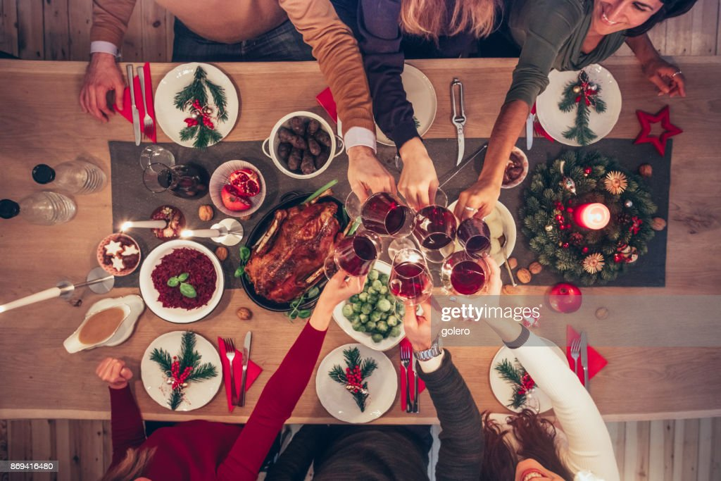 Menschen Klirren Wein Gläser am Weihnachtstisch : Stock-Foto