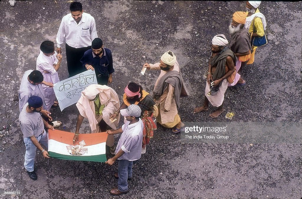 People Collecting voluntary donations for Kargil War Relief Fund ( Defence, News Profile ) : News Photo