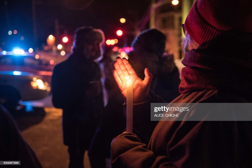 People come to show their support after a shooting occurred in a mosque at the Québec City Islamic cultural center on Sainte-Foy Street in Quebec city on January 29, 2017. Two arrests have been made after five people were reportedly shot dead in an attack on a mosque in Québec City, Canada. / AFP / Alice Chiche