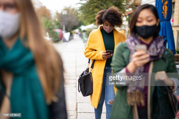 people commuting in the city wearing face masks - commuter stock pictures, royalty-free photos & images