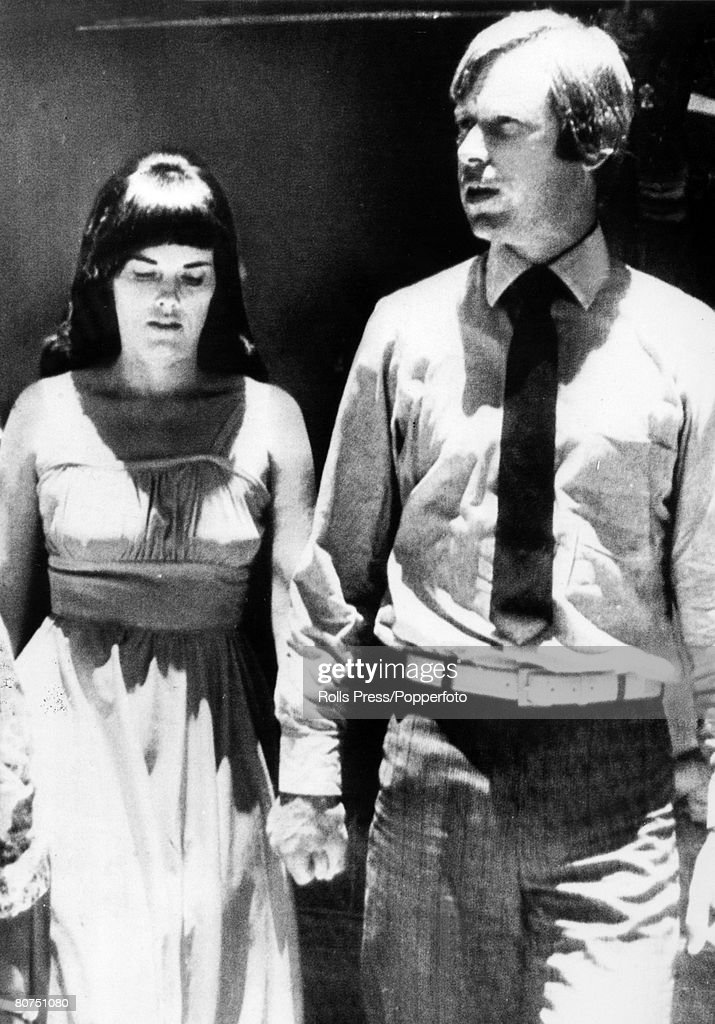 People Crime. Murder. pic: 2nd February 1982. Alice Springs, Australia. Lindy Chamberlain with her husband Michael leaving the court at Alice Springs. Lindy Chamberlain was convicted of killing her baby daughter Azaria, a decision that was later overturn : ニュース写真