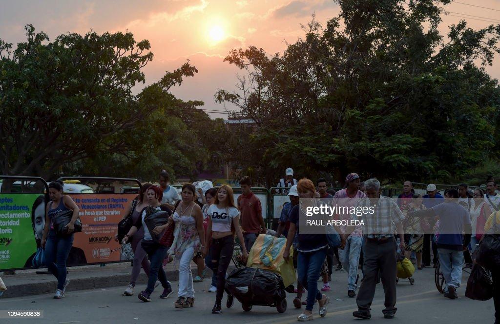 TOPSHOT-COLOMBIA-VENEZUELA-CRISIS-MIGRATION : News Photo
