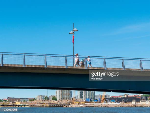 Mensen die een brug in de Suomenlinna eilanden, Finland