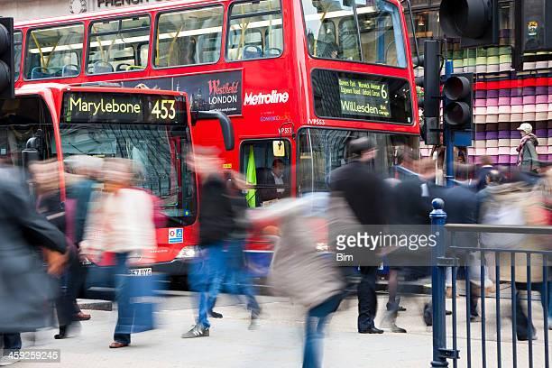 Menschen überqueren Sie die Straße vor dem Doppeldeckerbus, London