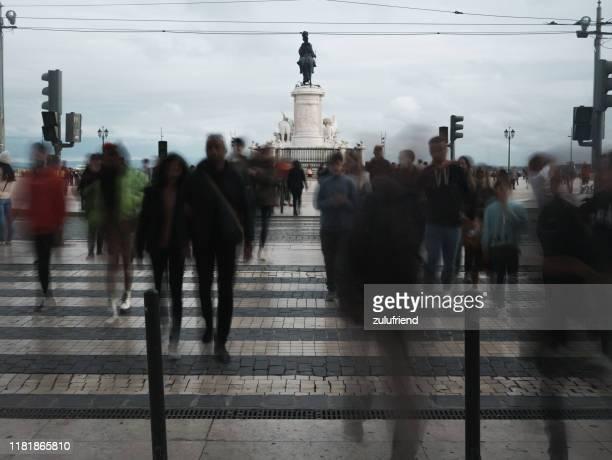 people crossing the street in lisbon - exposição longa imagens e fotografias de stock