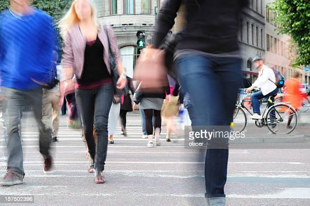 Personnes traversant la rue de Stockholm, Suède