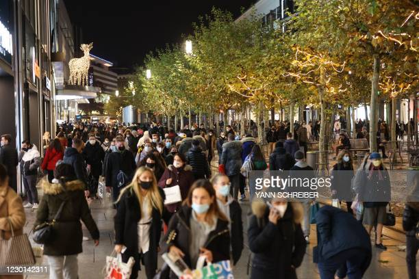 """People crowd the main shopping street """"Zeil"""" in the city center of Frankfurt am Main on December 15 on the last day of shopping before a partial..."""