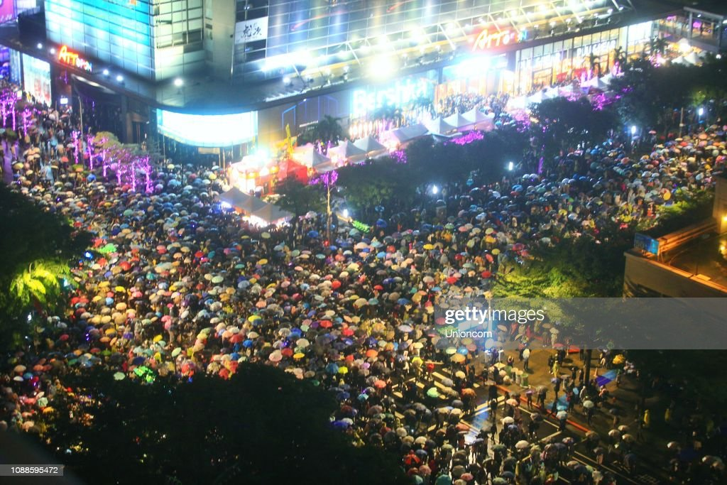 People crowd to watch the Taipei 2019 New Year gala on December 31