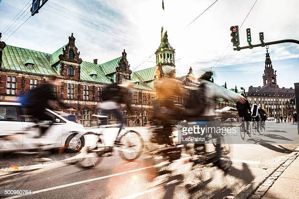 people cycling in copenhagen - denmark stock pictures, royalty-free photos & images