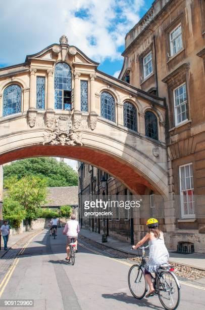 Menschen, die Radfahren unter der Seufzerbrücke in Oxford, England