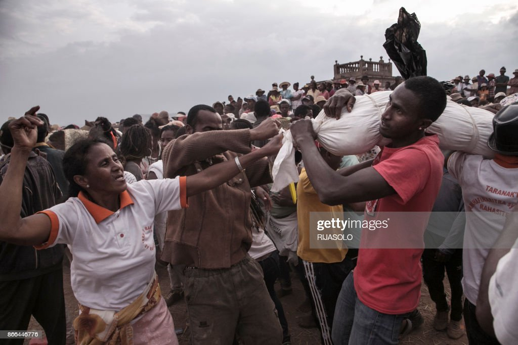 MADAGASCAR-RELIGION-DEATH-FAMADIHANA : News Photo