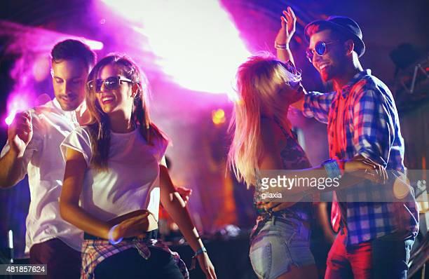 menschen tanzen auf party. - diskothek stock-fotos und bilder