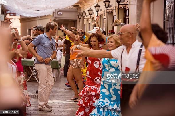 gens à danser le flamenco dans la rue - flamenco photos et images de collection