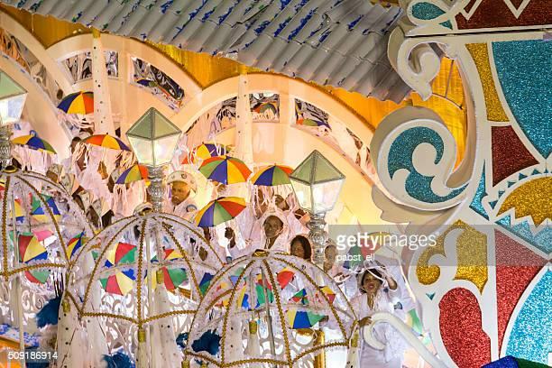 pessoas dança frevo em um carnaval flutuante - frevo imagens e fotografias de stock