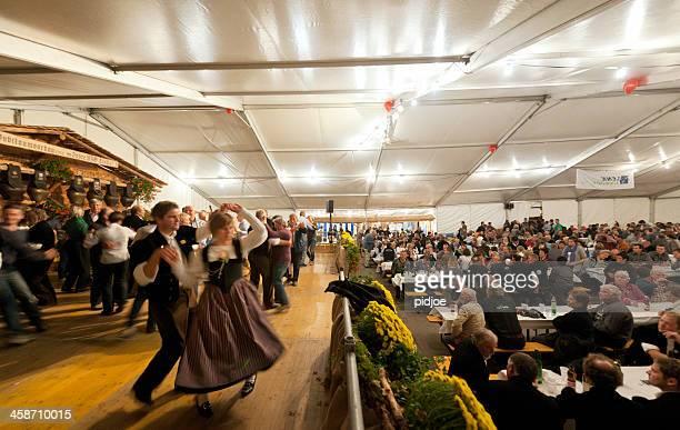 Menschen-Tanz im Festzelt im Aelplerfest, Lenk Schweiz