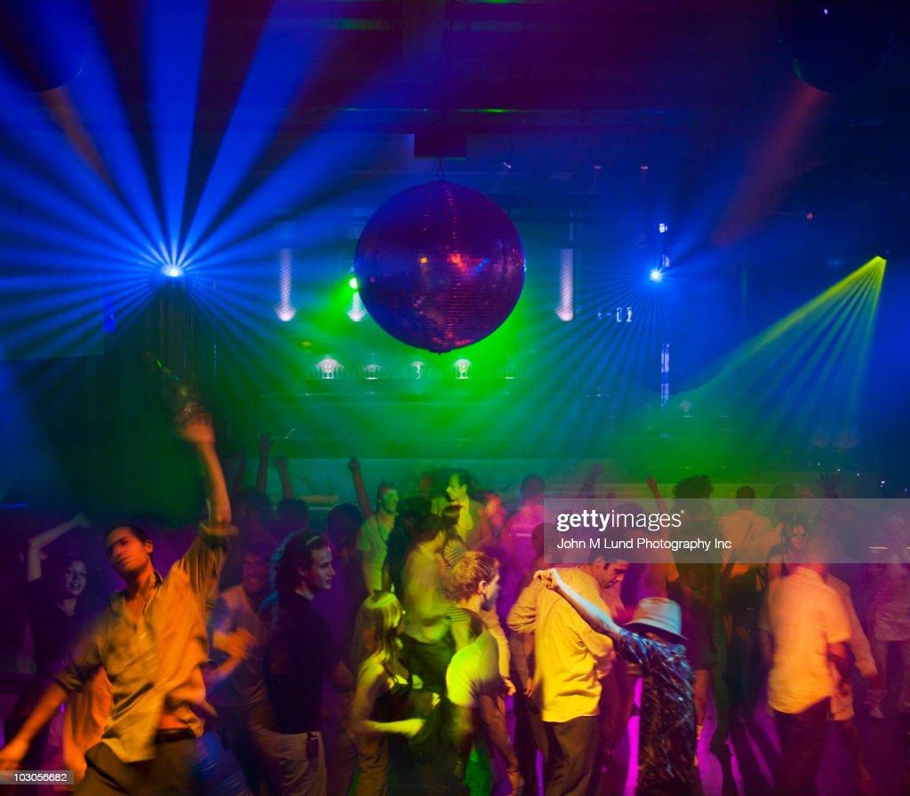 People dancing in nightclub : Stock-Foto
