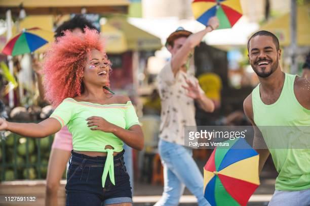 folk dansar på gatan - dance troupe bildbanksfoton och bilder