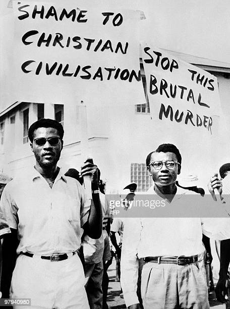 People demonstrate in Avril 1960 in Johannesburg in protest against the Sharpeville massacre where at least 180 black Africans were injured and 69...