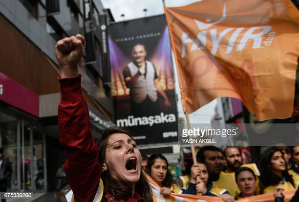 People demonstrate to defy a ban and march on Taksim Square to celebrate May Day in Istanbul on May 1 2017 / AFP PHOTO / YASIN AKGUL