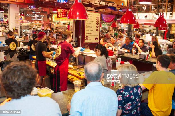 personas cenando en el reading terminal market en el centro de philadelphia - philadelphia pennsylvania fotografías e imágenes de stock