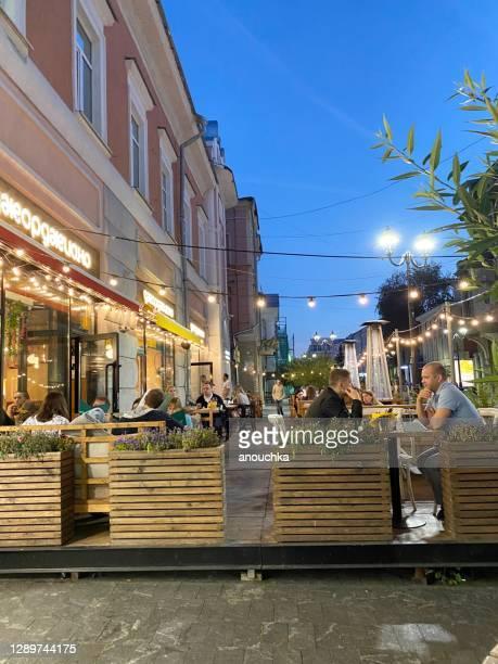 都心で屋外で食事をする人 - ニジニ・ノヴゴロド州 ストックフォトと画像