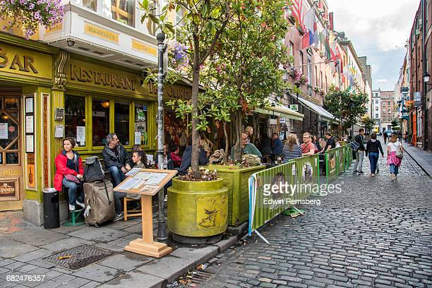 people dining outside of a traditional irish bar - ダブリン州 ダブリン ストックフォトと画像