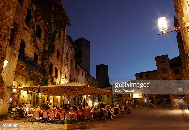 people dining outside restuarants at dusk - yeowell stock pictures, royalty-free photos & images