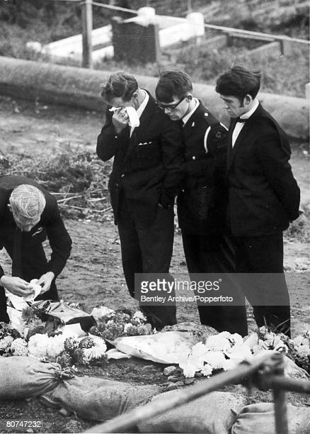 People Disasters Industry Aberfan South Wales pic 27th October 1966 Sad scenes at the graveside tell the story of people who died when the coal tip...