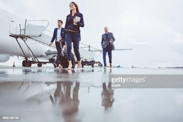 空港でフライトを下船の人々 - 自家用飛行機 ストックフォトと画像