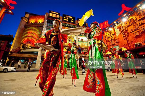 Menschen Kleid im traditionellen chinesischen Stil zu Fuß auf Stelzen