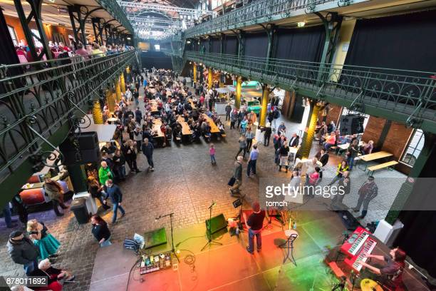 die menschen sie trinken und tanzen auf dem indoor fischmarkt in hamburg. - unterhaltungsveranstaltung stock-fotos und bilder