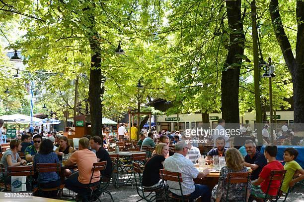 Menschen trinken im Biergarten in München, Deutschland