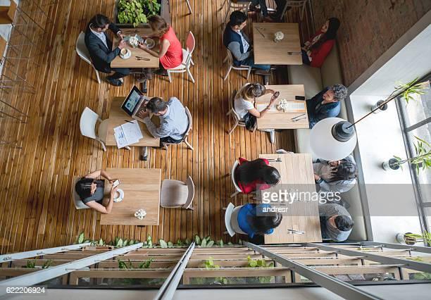 Menschen Essen in einem restaurant