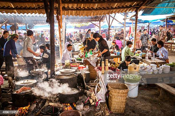 people eating at a street market in vietnam - vietnam stockfoto's en -beelden