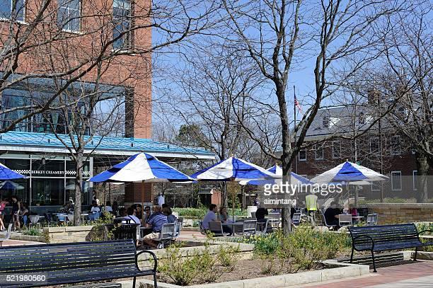 人々のアイスクリームを食べにペンシルバニア州立大学のキャンパス