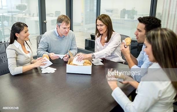 Menschen Essen in einem business-meeting