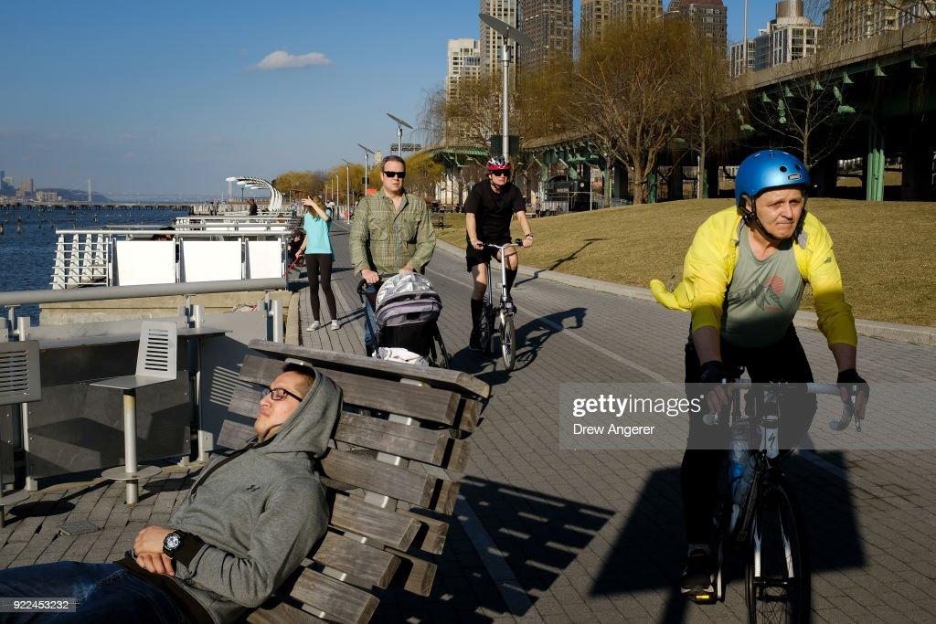 Unseasonable Warm Spell Brings Springlike Weather To New York In February : News Photo