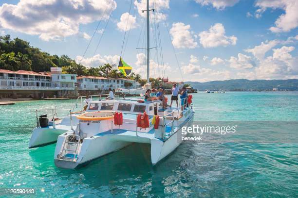 mensen genieten van boottocht in montego bay, jamaica - jamaica stockfoto's en -beelden