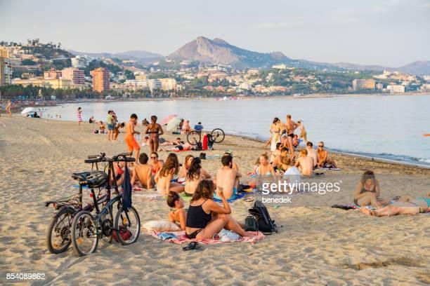 Människor njuta av stranden Malagueta i Málaga Andalusien Spanien