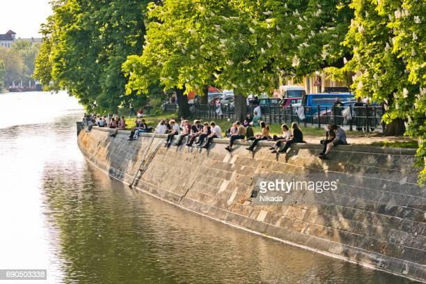 Menschen genießen Sie Sonne am Landwehrkanal in Berlin Kreuzberg