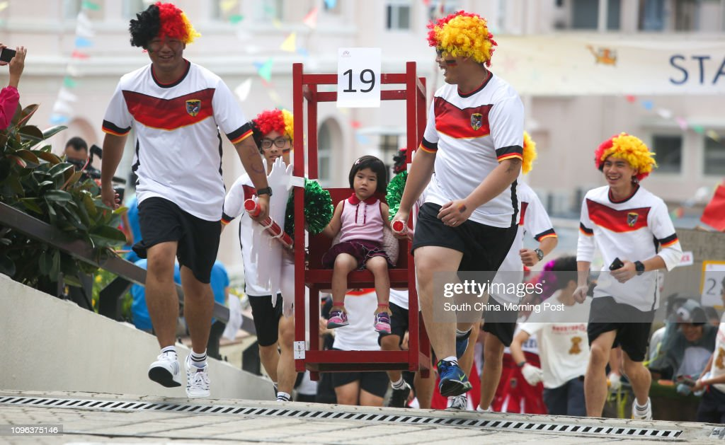 People enjoy the Sedan Chair Charity Race at the Peak.  30OCT16 SCMP/Sam Tsang : News Photo