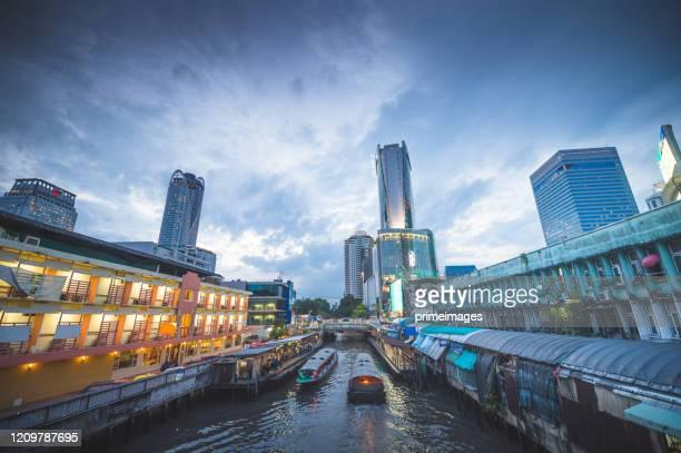 人々は旅行都市ビジネス地区と交通パチュナムとセントラルワールドを楽しんで、 - シーロム ストックフォトと画像