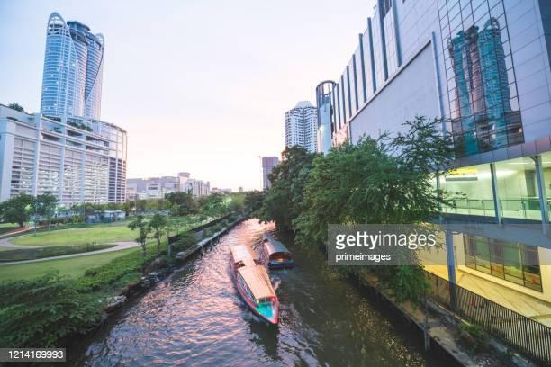 人々は旅行都市ビジネス地区ショッピングモールセントラルワールドと首都ビジネス地区ウォーターゲートパトゥナムとラチャプラソンでプラチナとストリートリテールを楽しむ - シーロム ストックフォトと画像
